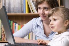 Gelukkige familie bij computer Stock Fotografie