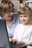 Gelukkige familie bij computer Royalty-vrije Stock Afbeeldingen