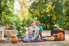 Gelukkige familie bij de herfstpicknick Stock Fotografie