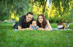 Gelukkige familie bij de picknick Stock Foto