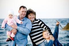 Gelukkige familie bij het strand royalty-vrije stock afbeeldingen