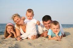 Gelukkige familie bij het strand Stock Afbeeldingen