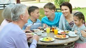 Gelukkige familie bij ontbijt Stock Afbeelding