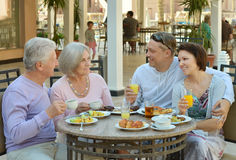 Gelukkige familie bij ontbijt Stock Afbeeldingen