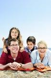 Gelukkige familie bij strand Stock Fotografie