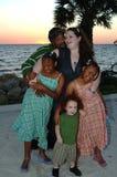 Gelukkige familie bij strandzonsondergang Royalty-vrije Stock Fotografie