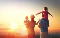Gelukkige familie bij zonsondergang Royalty-vrije Stock Foto's