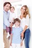 Gelukkige familie binnen huis Royalty-vrije Stock Fotografie