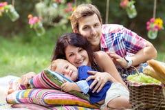 Gelukkige familie buiten Stock Foto's