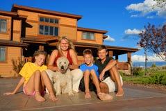 Gelukkige familie buiten huis Stock Foto's