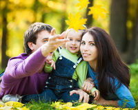 Gelukkige familie in de herfst Royalty-vrije Stock Afbeelding