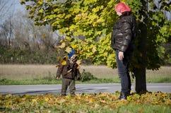 Gelukkige familie in de herfst stock afbeeldingen
