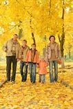 Gelukkige familie in de herfstbos Stock Foto