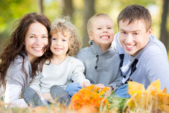 Gelukkige familie in de herfstpark Stock Foto's