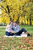Gelukkige familie in de herfstpark Royalty-vrije Stock Afbeeldingen