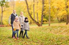 Gelukkige familie in de herfstpark Royalty-vrije Stock Afbeelding