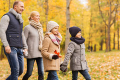 Gelukkige familie in de herfstpark Stock Fotografie
