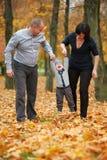 Gelukkige familie in de herfstpark Royalty-vrije Stock Foto's