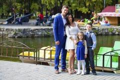 Gelukkige familie in de herfstpark stock foto