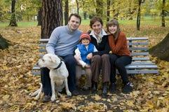 Gelukkige familie in de herfsttijd royalty-vrije stock foto