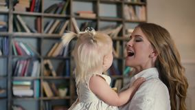 Gelukkige familie - de jonge dochter van de paar kussende jongere baby, na het spelen met verven stock videobeelden