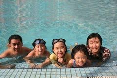 Gelukkige familie in de pool Royalty-vrije Stock Fotografie