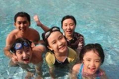 Gelukkige familie in de pool Stock Foto's