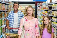 Gelukkige familie in de supermarkt royalty-vrije stock foto's