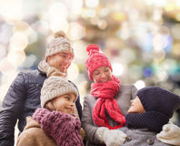 Gelukkige familie in de winterkleren in openlucht Stock Afbeeldingen