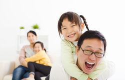 Gelukkige familie in de woonkamer royalty-vrije stock foto's