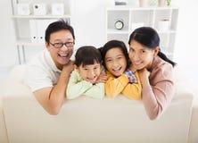 Gelukkige familie in de woonkamer royalty-vrije stock afbeeldingen