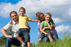 Gelukkige familie in de zomer stock fotografie
