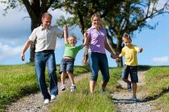 Gelukkige familie in de zomer stock foto