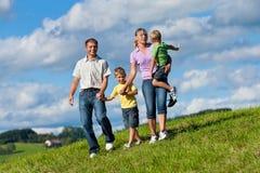 Gelukkige familie in de zomer op een gang royalty-vrije stock foto