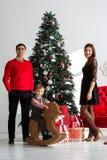Gelukkige familie dichtbij Kerstboom Stock Foto's