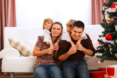 Gelukkige familie dichtbij Kerstboom Royalty-vrije Stock Fotografie