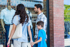 Gelukkige familie die één of ander artikel bekijken royalty-vrije stock afbeelding