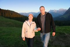 Gelukkige familie die in Alpen wandelt stock foto