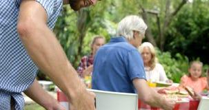 Gelukkige familie die barbecue samen doen stock videobeelden