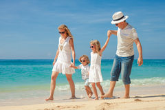 Gelukkige familie die bij het strand in de dagtijd lopen Stock Foto's