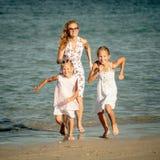 Gelukkige familie die bij het strand lopen Royalty-vrije Stock Foto