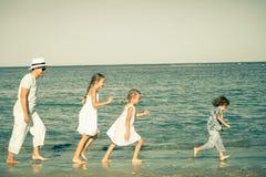 Gelukkige familie die bij het strand lopen Royalty-vrije Stock Afbeelding