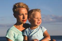 Gelukkige familie die bij strand in de zomer rusten Royalty-vrije Stock Foto