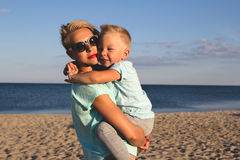 Gelukkige familie die bij strand in de zomer rusten stock fotografie