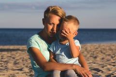 Gelukkige familie die bij strand in de zomer rusten stock afbeeldingen