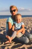 Gelukkige familie die bij strand in de zomer rusten Royalty-vrije Stock Fotografie