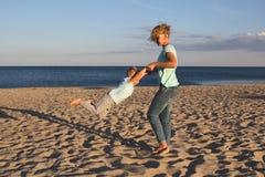 Gelukkige familie die bij strand in de zomer rusten Royalty-vrije Stock Foto's