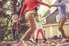 Gelukkige familie die buiten spelen Gelukkige Familie Stock Fotografie