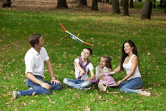 Gelukkige familie die in de tuin ligt royalty-vrije stock foto's