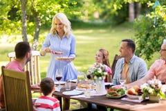 Gelukkige familie die diner of de zomertuinpartij hebben royalty-vrije stock foto